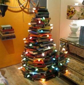 Albero di Natale realizzato con i libri